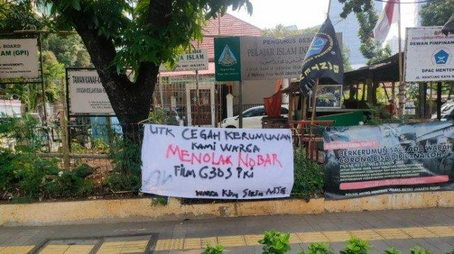 Satpol PP Sawah Besar Tertibkan Sejumlah Spanduk Tolak Nobar Film G30S/PKI