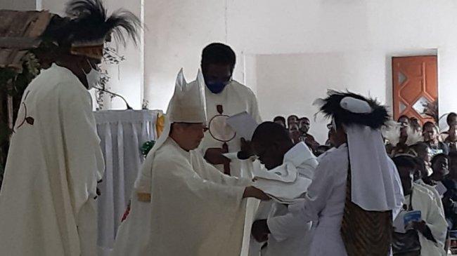 Uskup Agung Timika Pimpin Misa Pentahbisan Tiga Imam Baru di Gereja Katholik St. Misael