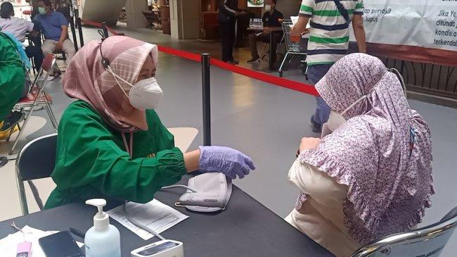 Warga Berebut Vaksin Pfizer di Sentra Vaksinasi Covid-19 Mall Cilandak Town Square