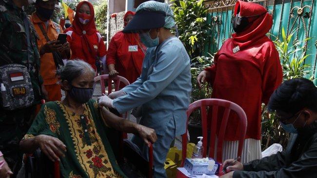 Progres Lambat, Wamenkes Imbau Antar dan Temani Lansia saat Vaksinasi