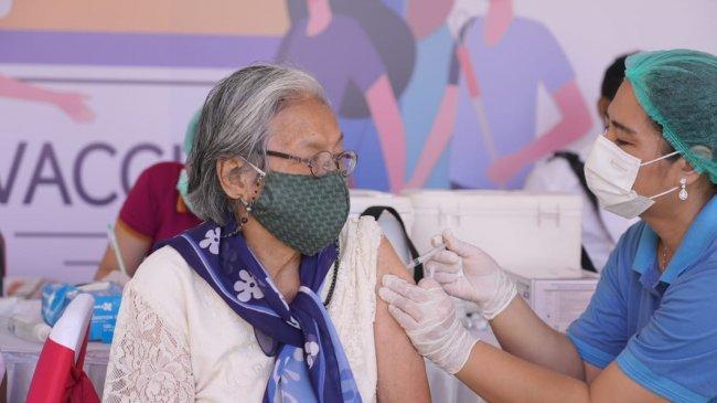 Vaksinasi Lansia Berjalan Lambat, Ini Kendala yang Dihadapi Satgas Covid-19