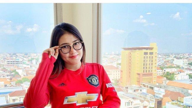 Foto Via Vallen di Instagram Manchester United, MU: Sak Tenane Aku Iki Pancen Tresno Awakmu