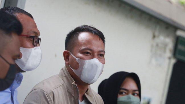 Vicky Prasetyo Masih Berduka, Sang Ayah Meninggal, Sidang Vonis Kasusnya dengan Angel Lelga Ditunda