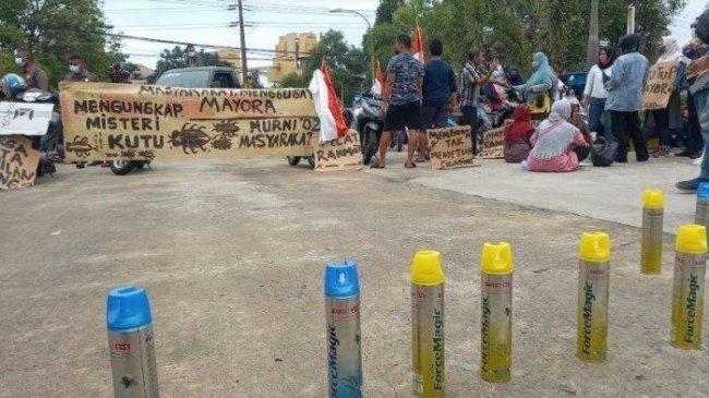 Ibu-ibu di Cilegon Demo Bawa Spanduk Bertuliskan