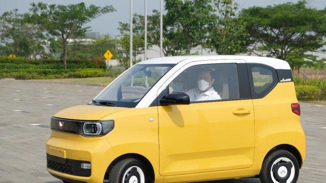 Luhut Sambangi Pabrik Wuling di CIkarang, Sinyal Produksi Mobil Listrik Mini EV Menguat