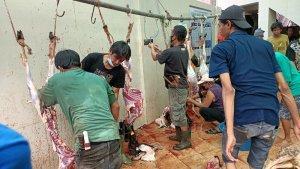 Petugas Pemotong Hewan Kurban di Masjid Jami Babussalam Banyak yang Tidak Pakai Masker