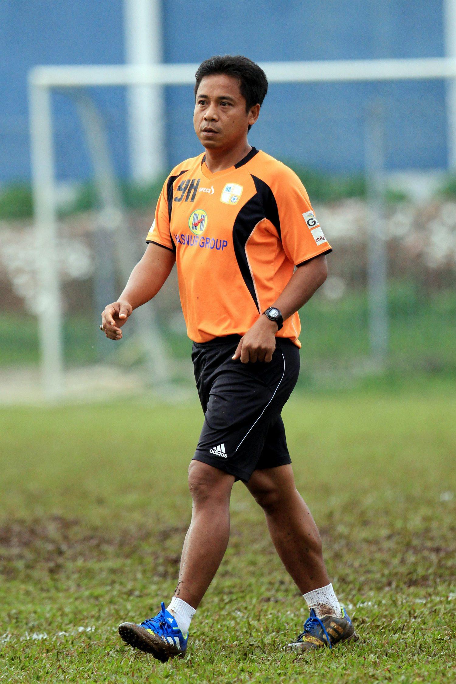 Asisten Pelatih Barito Putera, Yunan Helmi usai uji coba tanding di lapangan Bea Cukai Rawamangun, Jakarta Timur (14/4/2014). dalam pertandingan uji coba ini Barito Putera menang atas Union Makes Strength (UMS) dengan skor 4-0. (SUPERBALL/Feri Setiawan)