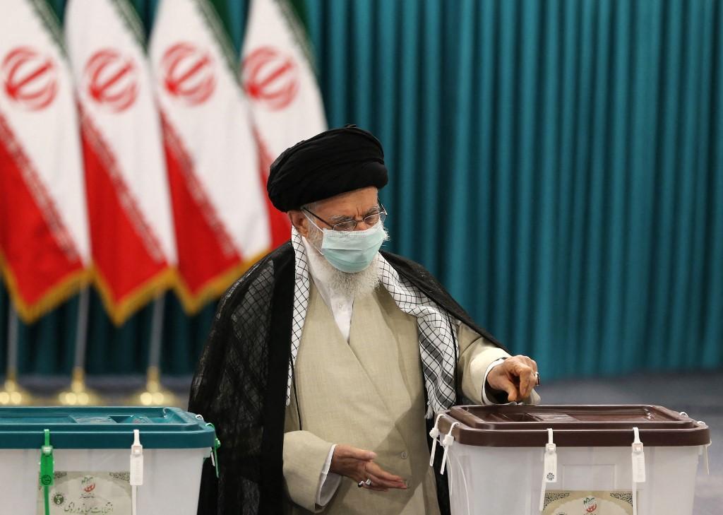 Pemimpin Tertinggi Iran Ayatollah Ali Khamenei mengenakan masker saat memberikan suaranya pada 18 Juni 2021, pada hari pemilihan presiden republik Islam itu.
