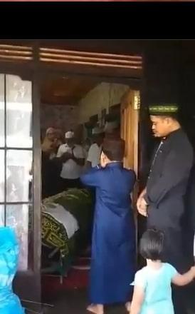 viral bocah mengazankan jenazah ibunya