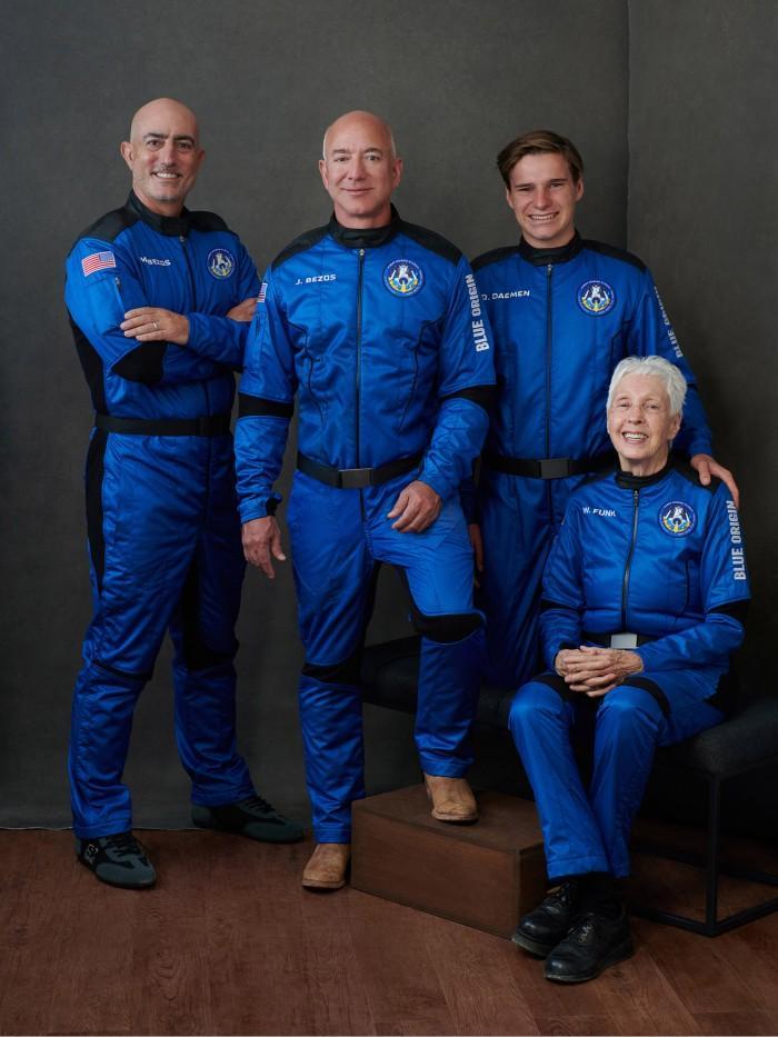 Foto tak bertanggal yang dirilis oleh Blue Origin ini menunjukkan (kiri) Mark Bezos, Jeff Bezos, Oliver Daemen dan Wally Funk berpose menjelang penerbangan luar angkasa mereka pada 20 Juli 2021 di Van Horn, Texas. Misi awak pertama Blue Origin yang berhasil adalah penerbangan 11 menit dari Texas barat ke ketinggian 65 mil (106kms), dan kembali lagi, bertepatan dengan peringatan 52 tahun pendaratan di Bulan pertama.