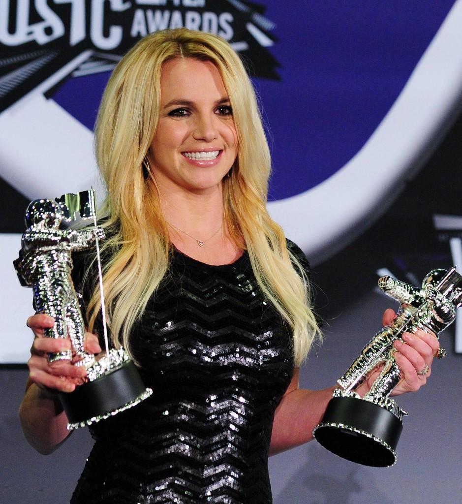 (FILES) Dalam foto file ini Britney Spears memegang Penghargaan Video Pop Terbaik dan Penghargaan Vanguard Video Michael Jackson di ruang pers di MTV Video Music Awards (VMA) 2011 28 Agustus 2011 di Teater Noika di pusat kota Los Angeles, California .