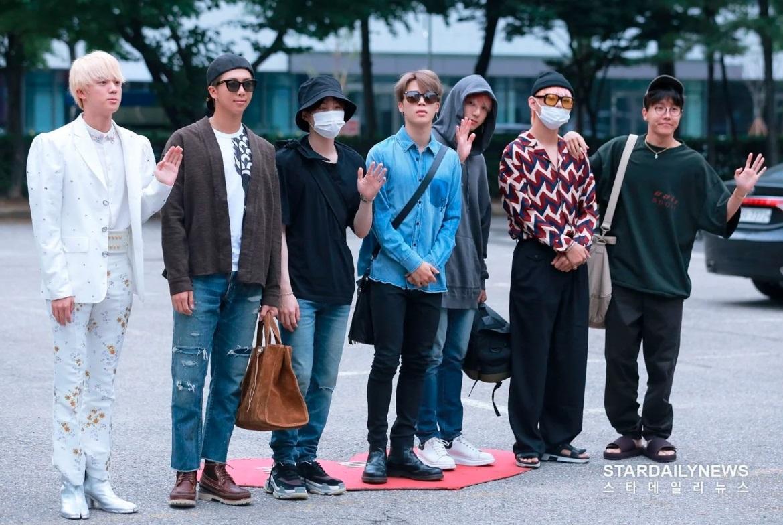 BTS ketika datang ke acara Music Bank untuk promosi lagu terbaru mereka, Agustus 2018.