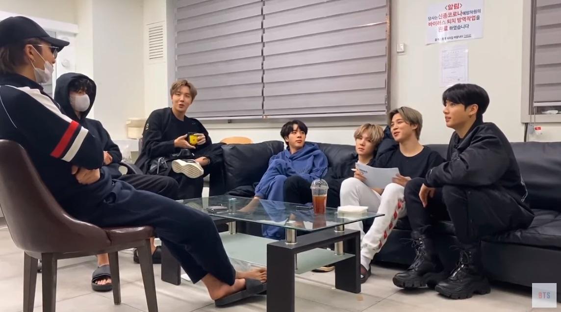 Para member BTS ketika membahas soal album mendatang mereka secara live di kanal YouTube BANGTANTV.