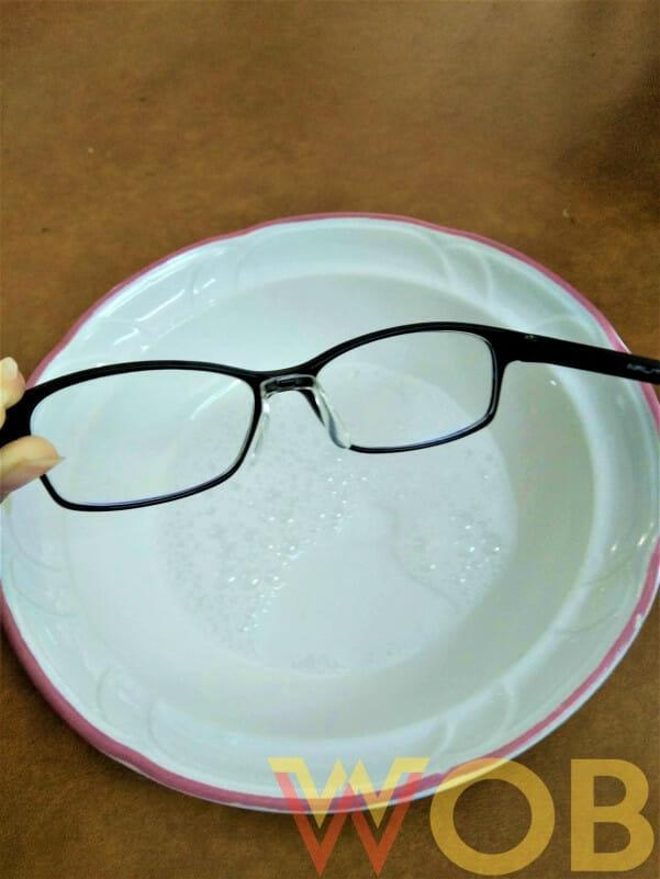 celupkan kacamata Anda dalam air sabun