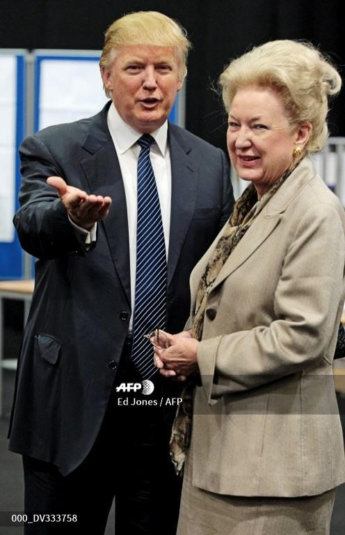 Taipan properti AS Donald Trump (kiri) berfoto bersama saudara perempuannya Maryanne Trump Barry saat mereka menunda makan siang selama penyelidikan publik atas rencananya untuk membangun resor golf di dekat Aberdeen, di pusat Pameran & Konferensi Aberdeen, Skotlandia, pada 10 Juni, 2008.