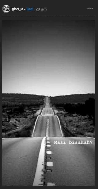 Dalam foto hitam putih itu Gisel menuliskan, 'Masih bisakah?'