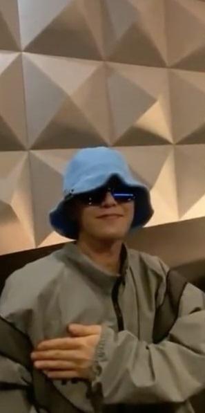 G-Dragon BIGBANG saat muncul di live Instagram Jennie BLACKPINK pada 1 Mei 2020.