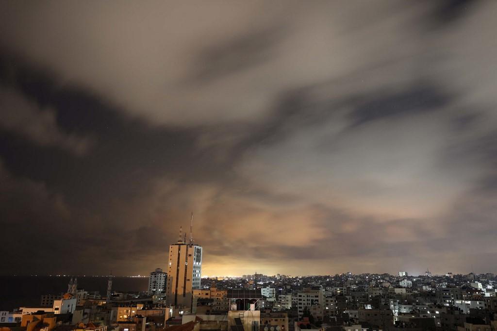 Pemandangan Kota Gaza sebelum dimulainya gencatan senjata yang ditengahi oleh Mesir antara Israel dan dua kelompok bersenjata utama Palestina di Gaza pada 20 Mei 2021. Israel dan dua kelompok bersenjata utama Palestina di Gaza, Hamas dan Jihad Islam, mengumumkan gencatan senjata pada 20 Mei 2021, bertujuan untuk mengakhiri konflik paling dahsyat di antara mereka selama tujuh tahun. Gencatan senjata yang ditengahi oleh Mesir diumumkan menyusul meningkatnya tekanan internasional untuk mengakhiri 11 hari konflik yang telah merenggut nyawa di kedua sisi, dengan jet Israel menghantam Gaza dengan serangan udara saat militan menembakkan ribuan roket ke arah Israel.