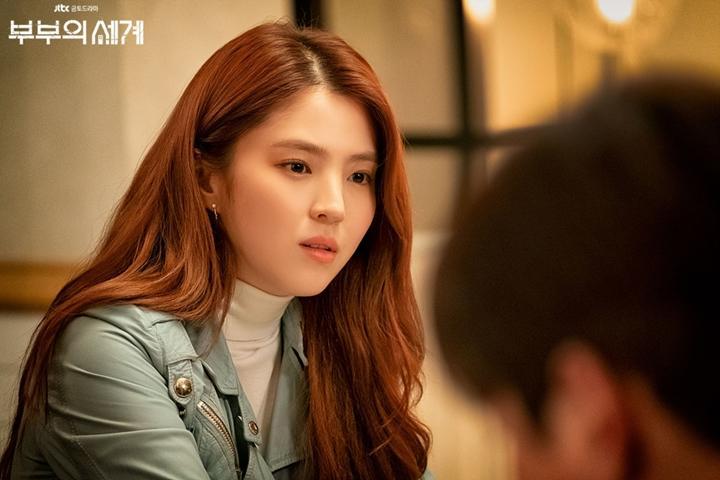 Han So Hee berperan sebagai Yeo Da Kyung dalam drama Korea The World of the Married.