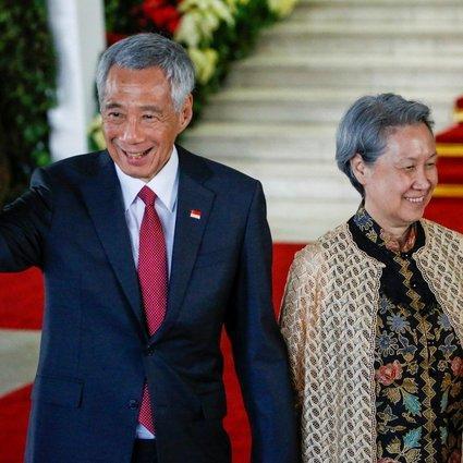 Ho Ching (kanan) menikah dengan Perdana Menteri Singapura Lee Hsien Loong pada tahun 1985. Dia telah menjabat sebagai CEO Temasek Holdings selama hampir dua dekade.