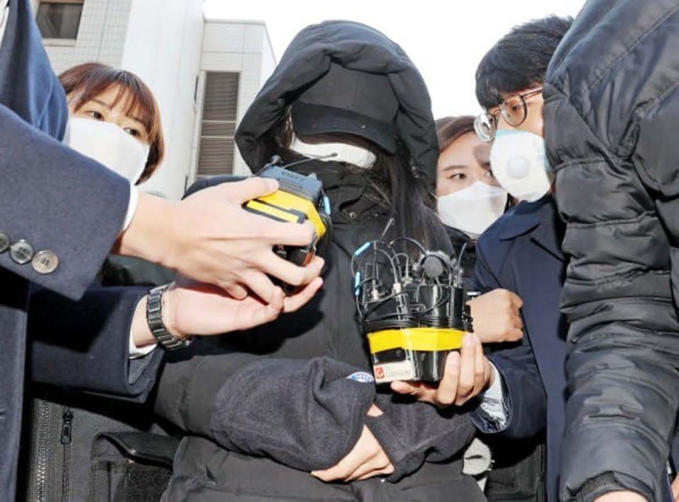 Jang, orang tua angkat Jung In, saat akan dibawa ke kantor polisi.