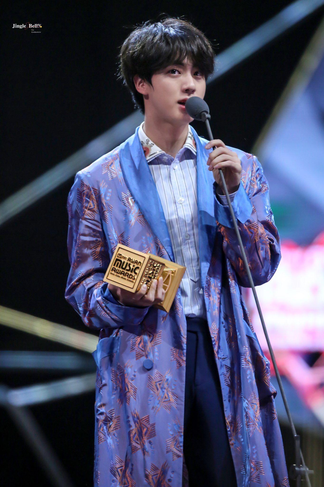 Jin BTS saat memberikan pidato di MAMA 2018. Ketika itu, Jin mengungkapkan BTS sempat berkeinginan untuk bubar.