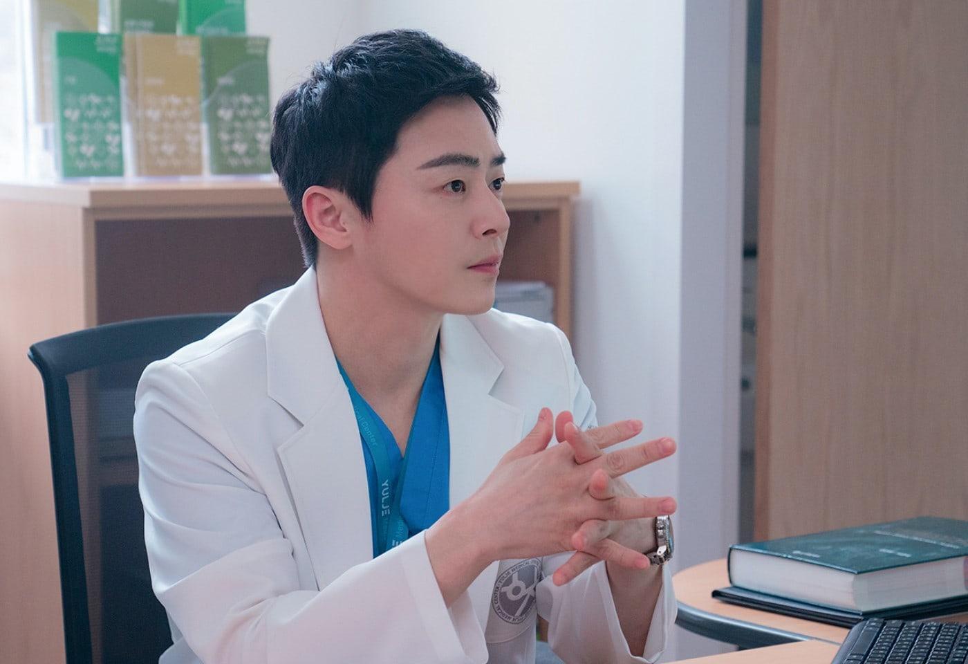 Jo Jung Suk dalam drama Hospital Playlist 2.