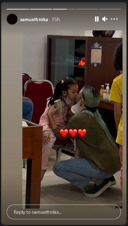 Joanna Alexandra mencium anak ketiganya, Zoey Havilah, di rumah duka RSPAD Gatot Soebroto, Jumat (7/5/2021).