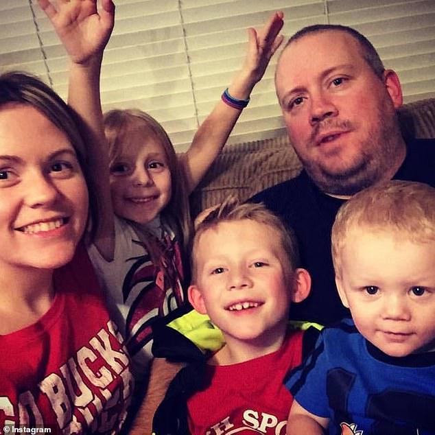 Pihak berwenang mengatakan John Nelson, 44 (kanan belakang), membunuh istri Robin, 35 (kiri depan), dan ketiga anak mereka (kiri ke kanan), Brianna (10), Gavin (12), dan Liam (6), dalam kasus pembunuhan-bunuh diri
