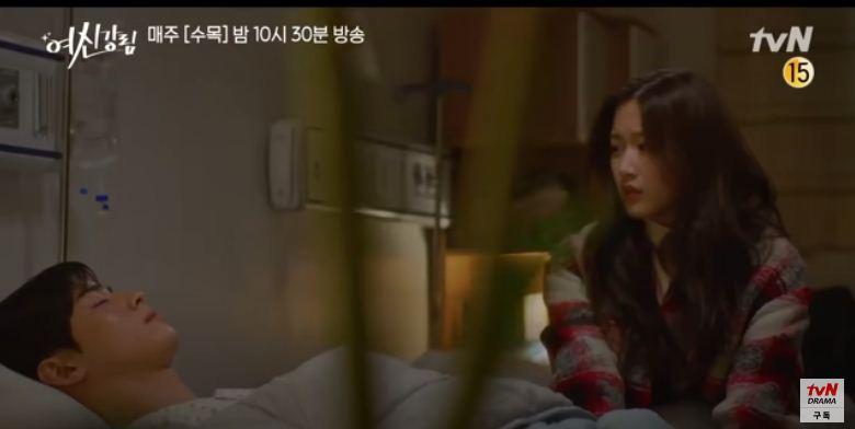 Ju Kyung menemani Su Ho di rumah sakit, True Beauty episode 11.