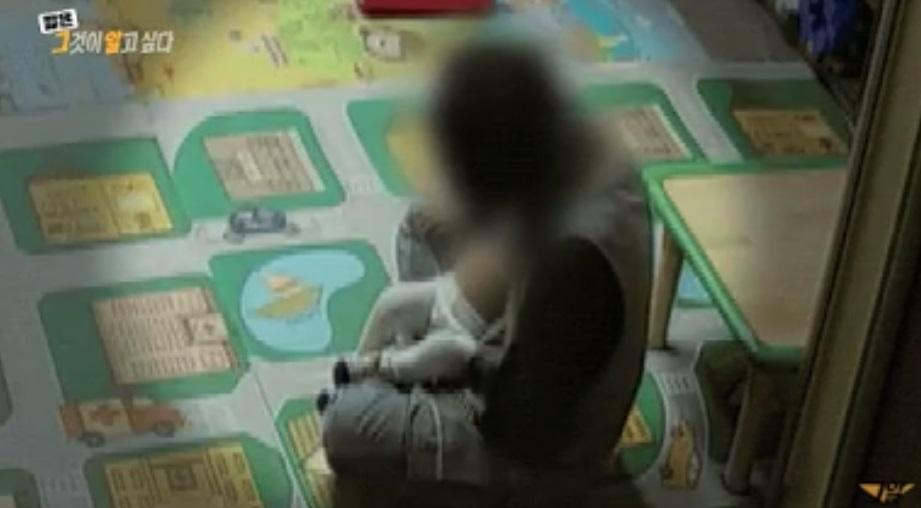 Rekaman CCTV yang menunjukkan guru mengamati perut Jung In.