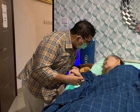 Kabar duka datang dari Wakil Ketua Umum DPP Partai Gerindra, Fadli Zon. Ibunda dari Fadli Zon, Ellyda Yatim binti Muhammad Yatim, dikabarkan meninggal dunia pada Jumat (19/2/2021) siang ini.