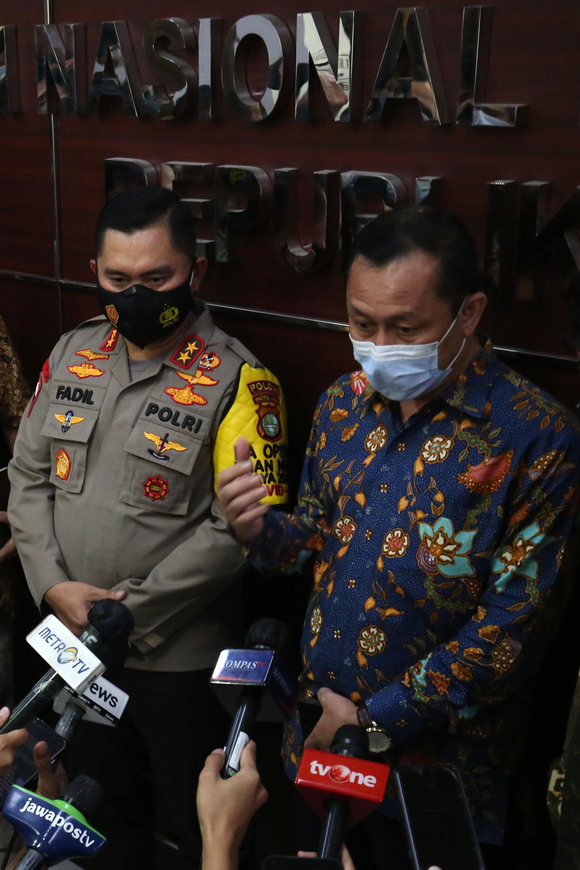 Kapolda Metro Jaya Irjen Pol. Fadil Imran bersama Ketua Komnas HAM Ahmad Taufan Damanik menjawab pertanyaan wartawan usai dimintai keterangan di Menteng, Jakarta, Senin (14/12/2020). Selain Kapolda Metro Jaya, Komnas HAM juga menggali keterangan Direktur Utama PT Jasa Marga Subakti Syukur Imran terkait tewasnya enam orang Laskar FPI. TRIBUNNEWS/IRWAN RISMAWAN