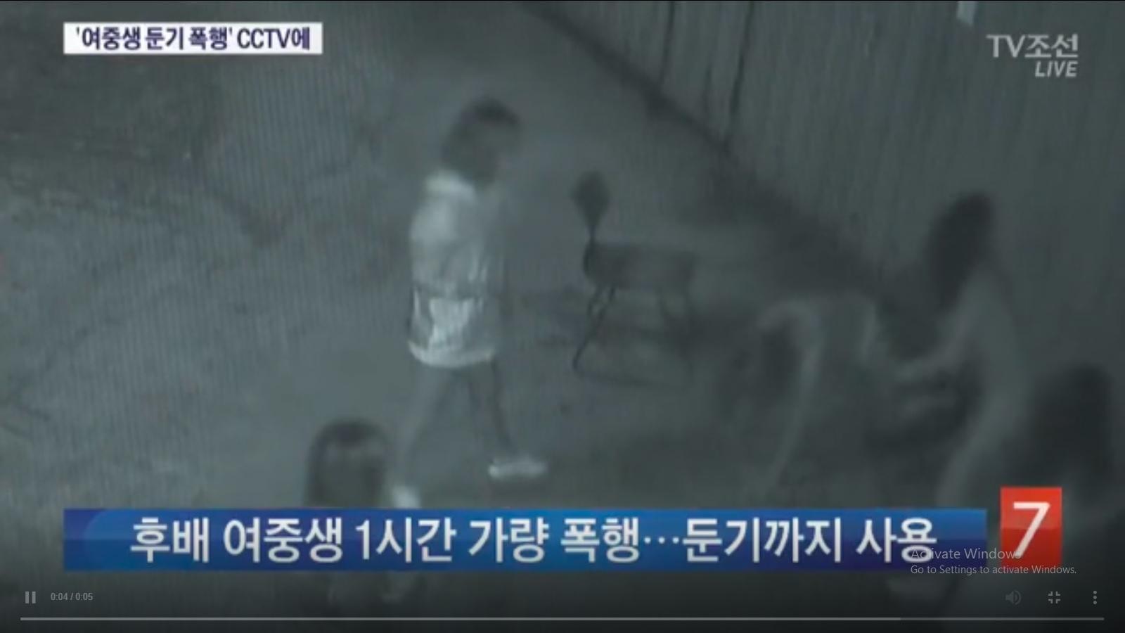 Tangkap layar rekaman CCTV kasus penyerangan di Busan, Korea Selatan pada September 2017.