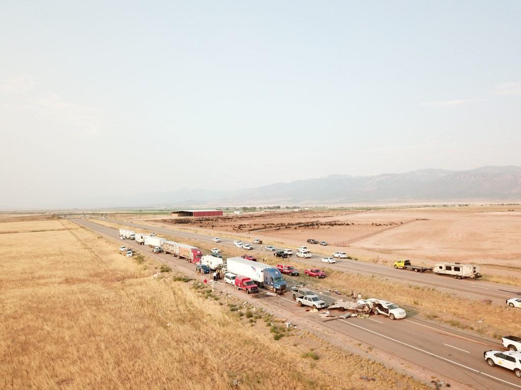 Dalam foto yang diambil oleh Patroli Jalan Raya Utah pada 25 Juli 2021, mobil dan truk terlihat setelah kecelakaan di Interstae 15 di Millard County, Utah.
