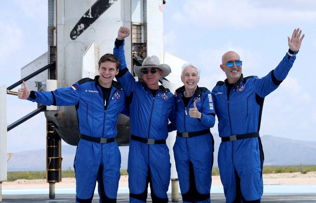Kru New Shepard Blue Origin (kiri-kanan) Oliver Daemen, Jeff Bezos, Wally Funk, dan Mark Bezos berfoto di dekat booster setelah terbang ke luar angkasa dengan roket Blue Origin New Shepard pada 20 Juli 2021 di Van Horn, Texas