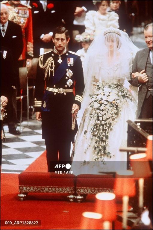 Gambar Lady Diana, Putri Wales dengan Pangeran Charles dari Wales pada pernikahan mereka di Katedral St Paul di London, file foto ini tertanggal 29 Juli 1981