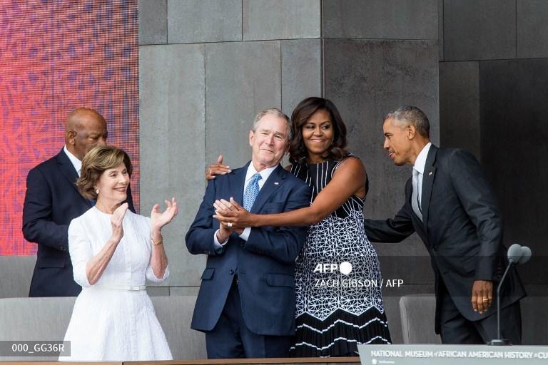 (Kiri ke kanan) Laura Bush, George W. Bush, Michelle Obama, dan Barack Obama menghadiri upacara pembukaan Museum Nasional Sejarah dan Budaya Afrika Amerika Smithsonian pada 24 September 2016 di Washington, DC