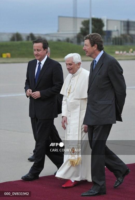 Lord Chamberlain Earl Peel (kanan) terlihat di Bandara Internasional Birmingham, Inggris, pada 19 September 2010 lalu bersama Mantan Perdana Menteri Inggris David Cameron (kiri) dan Paus Benediktus XVI.