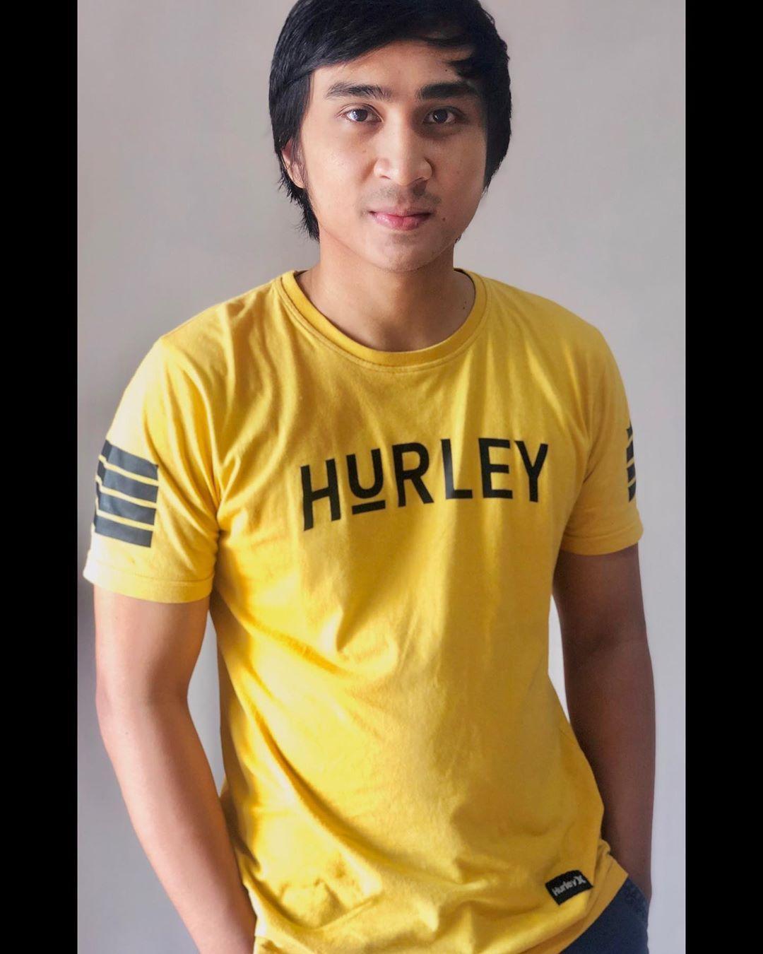 Kekasih anak Iis Dahlia itu menyatakan akan melelang baju kuning yang dianggapnya viral.