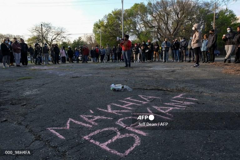 Seorang wanita berbicara dengan megafon saat orang-orang berkumpul untuk berjaga di Columbus, Ohio pada 21 April 2021 untuk mengenang Ma'Khia Bryant, 16, remaja yang ditembak dan dibunuh oleh petugas Departemen Kepolisian Columbus