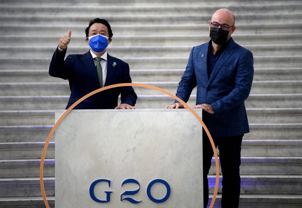 Menteri Transisi Ekologi Italia Roberto Cingolani (kanan) menyambut Direktur Jenderal Organisasi Pangan dan Pertanian PBB Qu Dongyu di Palazzo Reale di Naples pada 22 Juli 2021, untuk pertemuan G20 iklim dan energi.