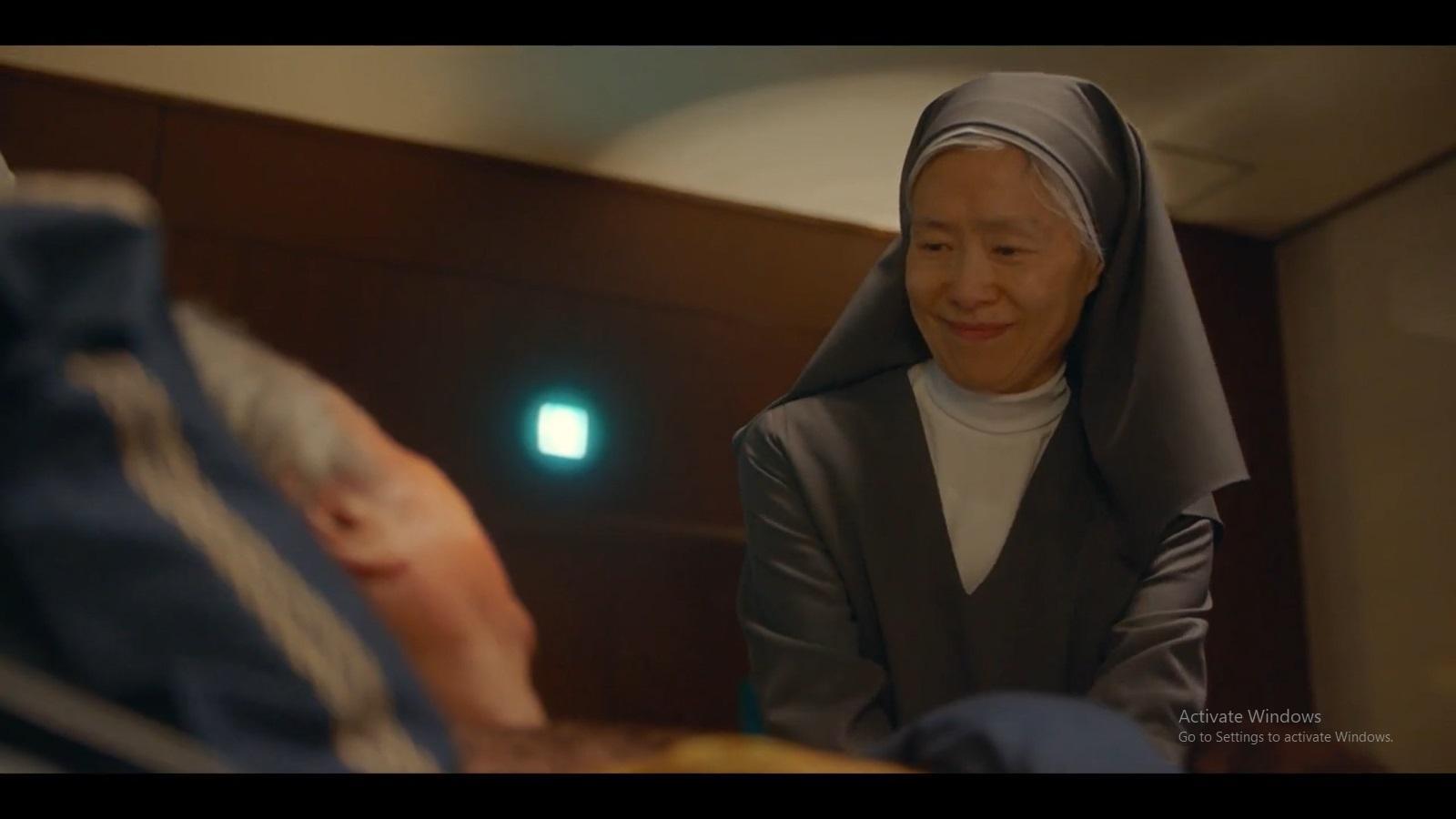 Suster Emma mengunjungi Direktur Han yang telah sadar.