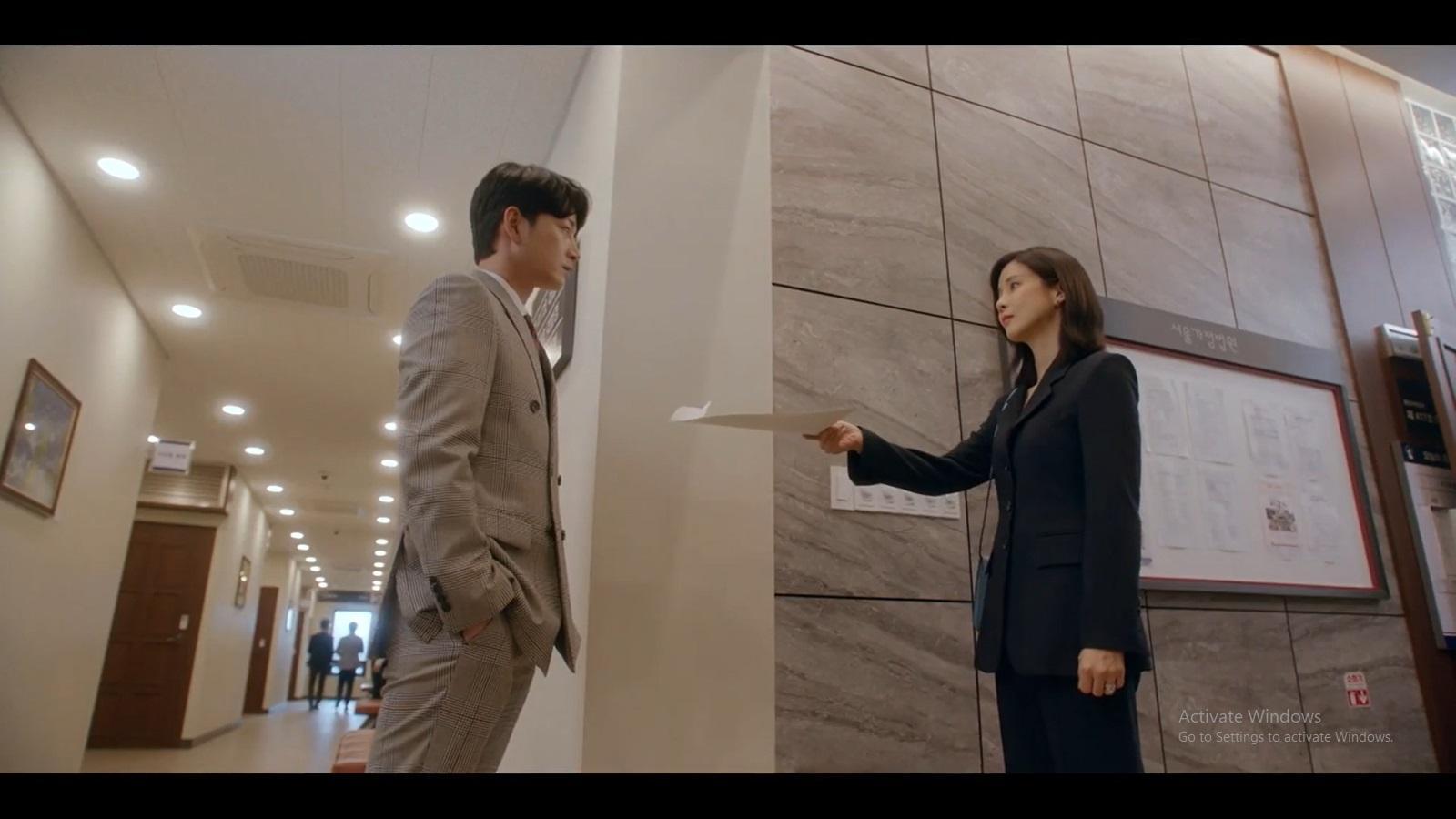 Seo Hi Soo menyerahkan dokumen perceraian pada Han Ji Yong.