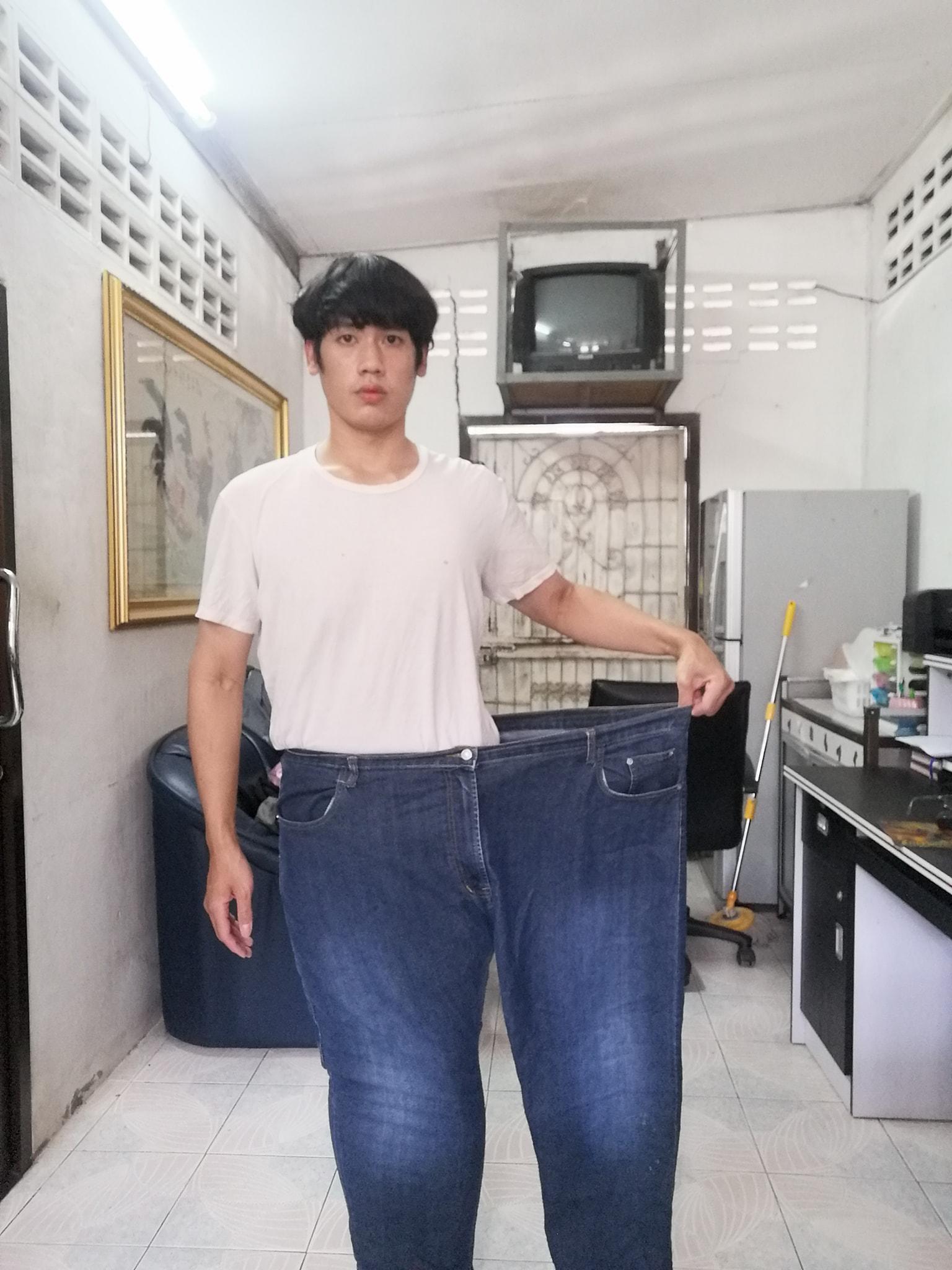 Nes berpose dengan jeans lawas miliknya yang berukuran dua kali lebih besar.