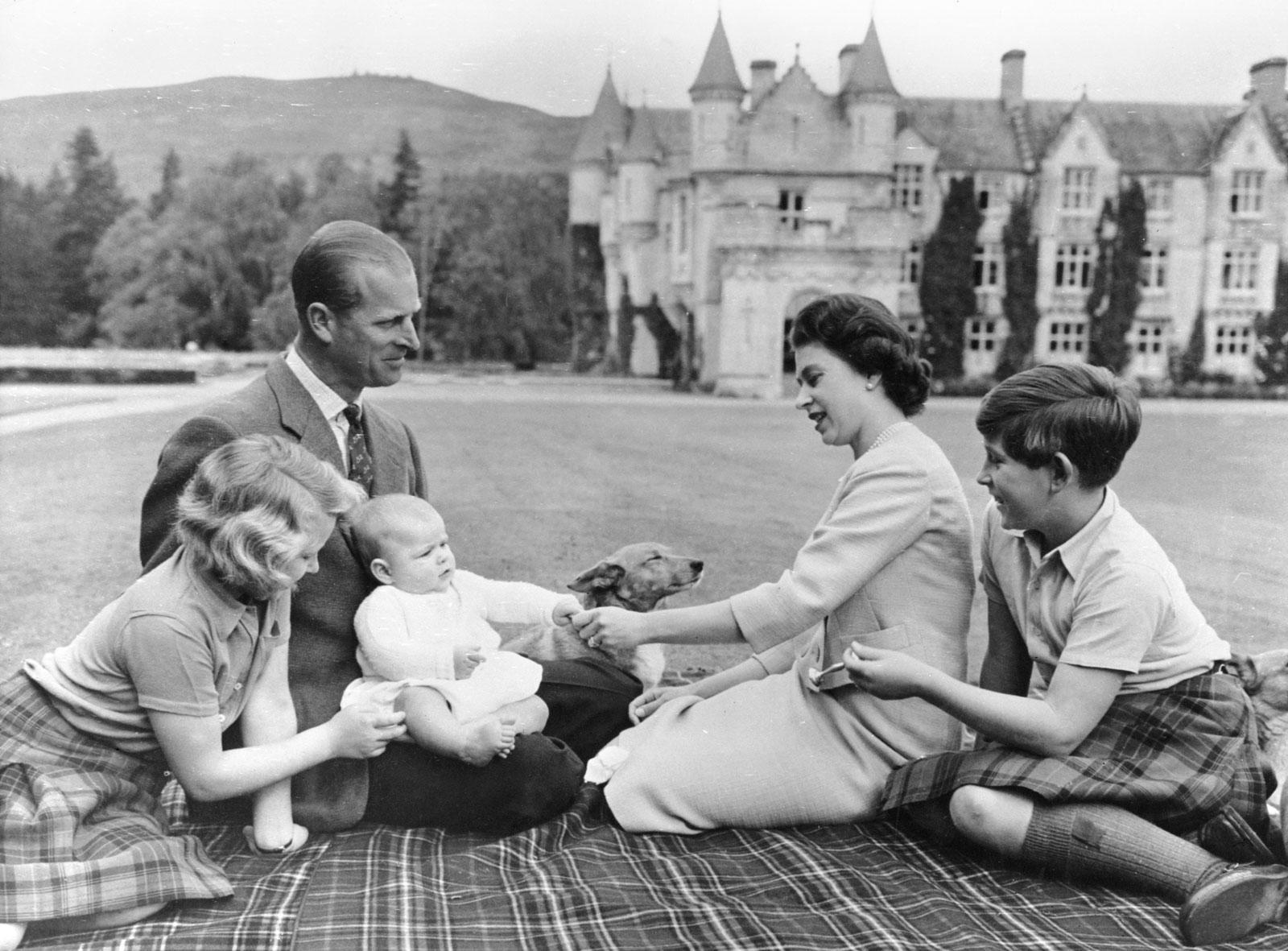 Foto keluarga Ratu Elizabeth II dan Pangeran Philip.