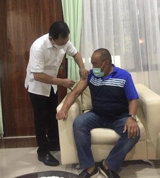 Politikus senior Partai Golkar Aburizal Bakrie disuntik menggunakan Vaksin Nusantara.