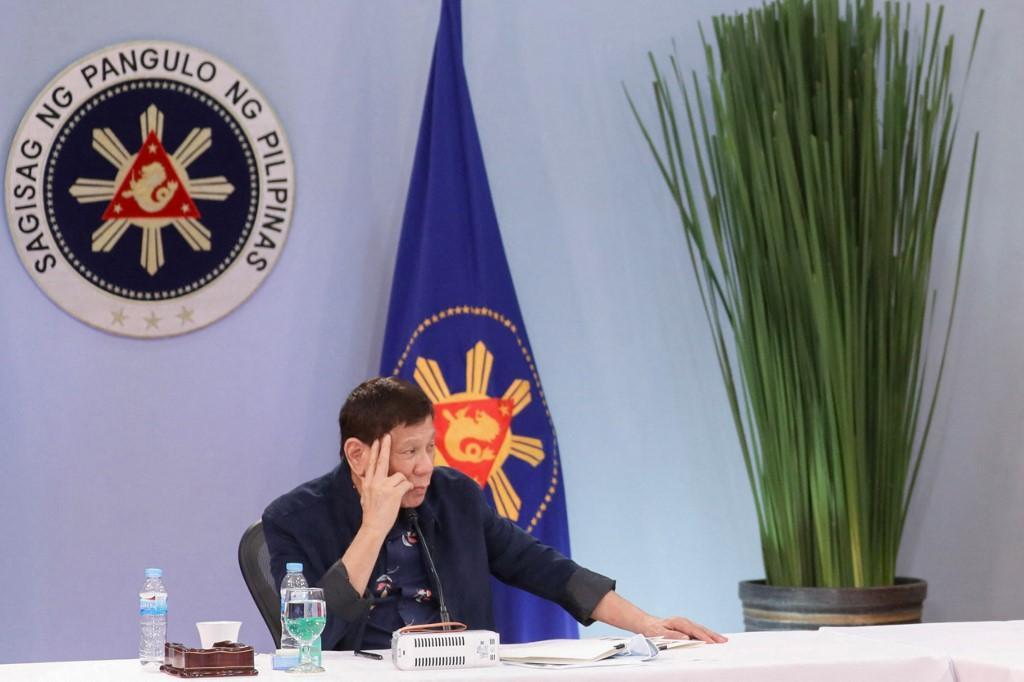 Dalam foto handout yang diambil pada 24 Agustus 2021 dan diterima pada 25 Agustus dari Divisi Foto Kepresidenan (PPD), Presiden Filipina Rodrigo Duterte menghadiri pertemuan dengan anggota Inter-Agency Task Force on the Emerging Infectious Diseases (IATF-EID) di Istana Malacanang di Manila.