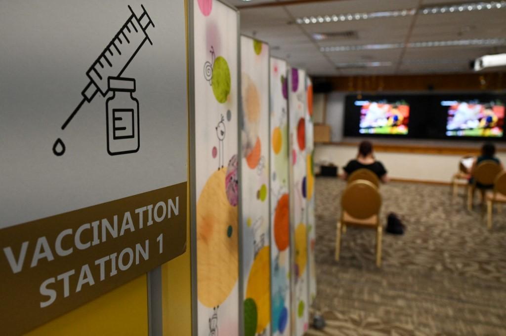 Orang-orang duduk dan menunggu setelah menerima dosis vaksin virus corona Sinopharm Covid-19 di pusat vaksin rumah sakit Mount Elizabeth di Singapura pada 7 September 2021.
