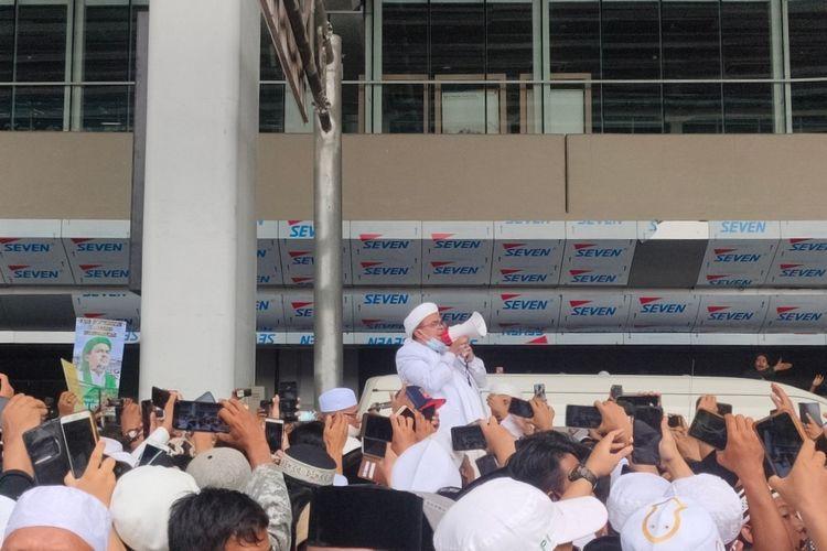 Pimpinan Front Pembela Islam (FPI) Rizieq Shihab tiba di Indonesia dan langsung menyapa simpatisan di Terminal 3 Bandara Soekarno-Hatta, Selasa (10/11/2020).